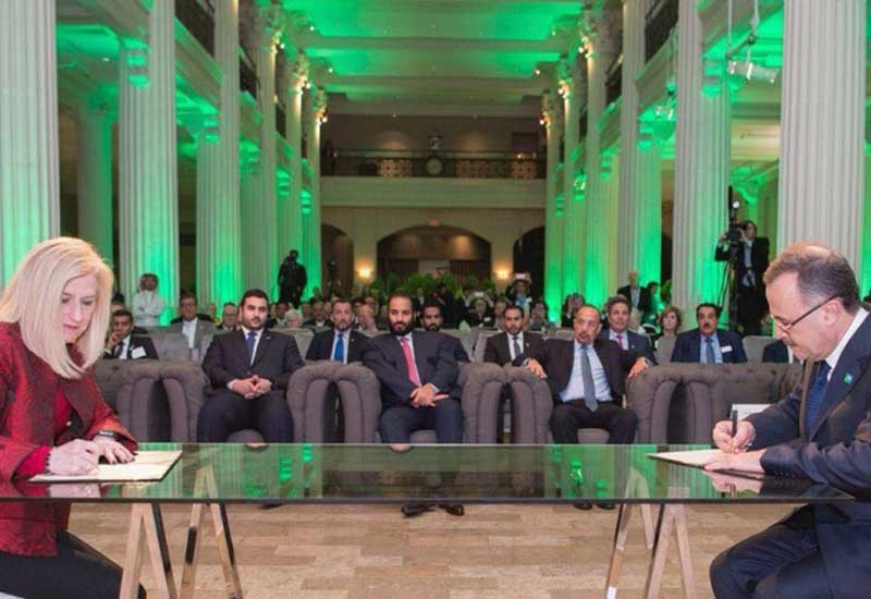 Amin H Nasser (far right), president and CEO of Saudi Aramco, and Rebecca Liebert (far left), president and CEO, Honeywell UOP, sign the MoU in the presence of HRH Crown Prince Mohammed bin Salman of Saudi Arabia.