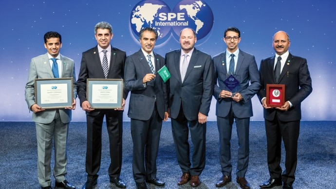 Sami A Alnuaim (third from left), 2019 SPE president, and outgoing SPE president Darcy Spady (fourth from left) pose with Aramco researchers – Ghaithan A Al-Muntasheri, Ashraf M Al-Tahini, Zeid M Ghareeb and Anuj Gupta (from left to right) – who received the SPE awards.