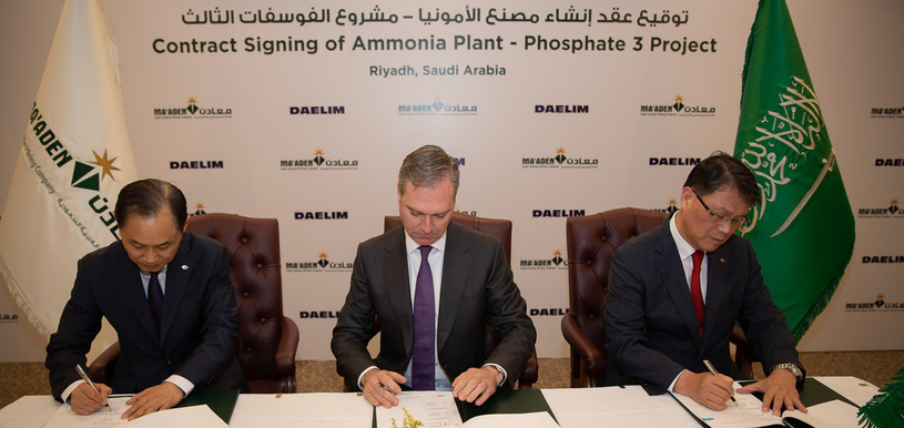 Darren Davis (centre), president and CEO of Ma'aden, and Heon Jae Yim (right), Daelim SEVP and CEO, signed the EPC contract at the Ma'aden headquarters in Riyadh.