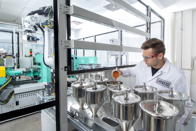 At its laboratory in Uerdingen, LANXESS has the equipment to carry out in-depth tests on the effects of pigments.