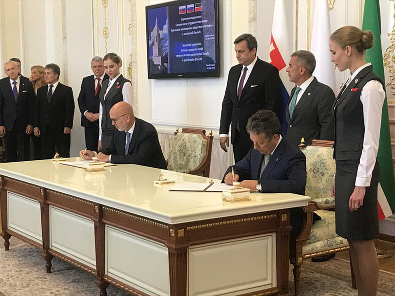Chairman of the board of directors and CEO of Slovnaft Oszkár Világi (left) and CEO of Tatneft Nail Maganov sign the agreement.