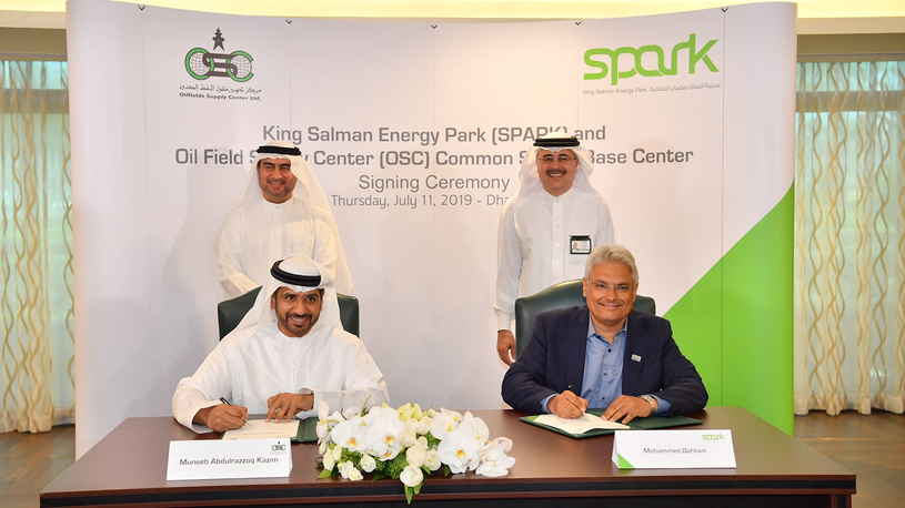 The agreement was signed by Mohammed Y Qahtani (sitting, right), SPARK chairman and Saudi Aramco senior vice president for upstream, and Muneeb Abdulrazzaq Al Kazim (sitting, left), general manager of Oilfields Supply Company Saudi Arabia, in the presence of Amin H Nasser (standing, right), Saudi Aramco president and CEO, and Iqbal Mohammad Abedin, CEO of Oilfields Supply Center.