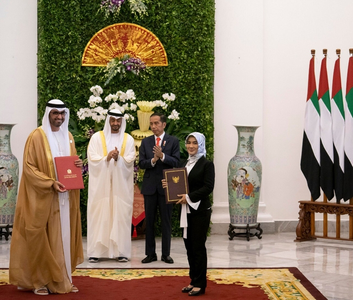 His Highness Sheikh Mohamed bin Zayed Al Nahyan (second from left), Crown Prince of Abu Dhabi and Deputy Supreme Commander of the UAE Armed Forces, Joko Widodo (third from left), President of Indonesia, Dr Sultan Ahmed Al Jaber (extreme left), UAE minister of state and ADNOC Group CEO, and Nicke Widyawati, president director and CEO of Pertamina, after signing the agreement. (Image courtesy: ADNOC Twitter handle)