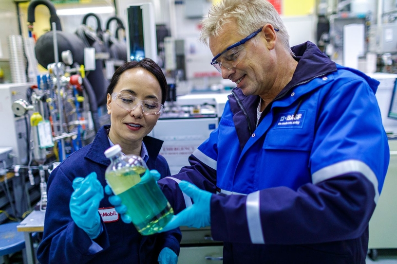 The new gas treating technology OASE sulfexx was jointly developed by ExxonMobil and BASF. Jenny Seagraves (left), senior market developer, ExxonMobil Catalysts and Licensing, and Gerald Vorberg (right), senior technology development manager, BASF SE, check the solvent properties in a laboratory.